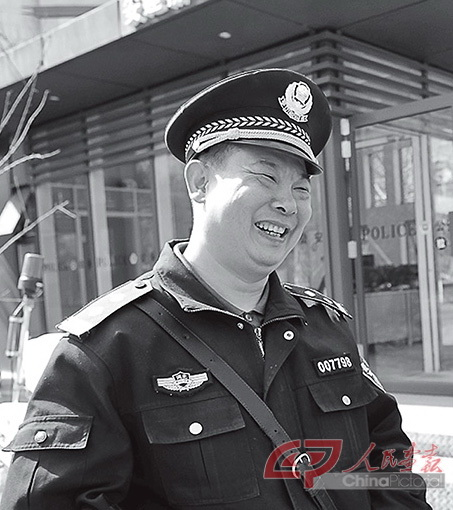 龙8娱乐官网_吕建江在警务站工作副本