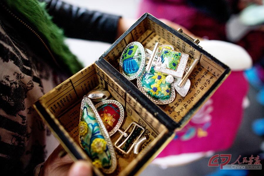 传统的苗绣被设计制作成各种装饰品.