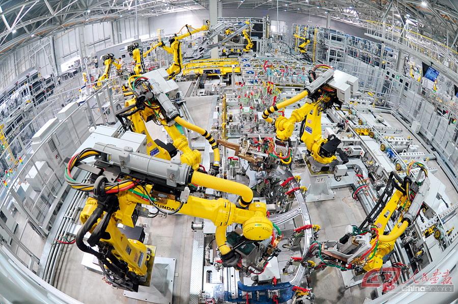 机器人在北京现代沧州工厂焊接车间生产线上工作. 摄影 牟宇/新华社