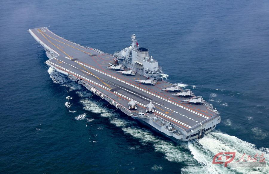 辽宁舰是中国海军第一艘可以搭载固定翼飞机的航空母舰.摄影李唐