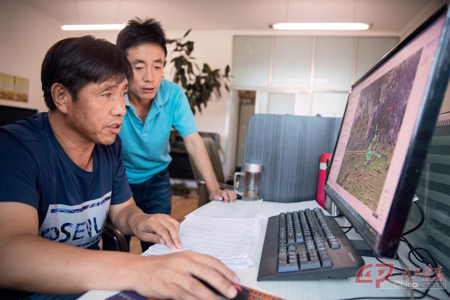 调查规划设计院闫立军(左),纪福利使用arcgis地理信息系统工作.