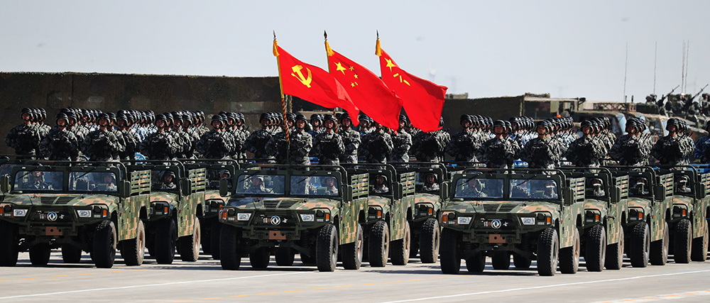 国旗、中国人民解放军军旗交相辉映,在陆军、海军、空军、火箭军